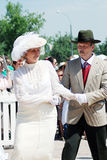 A mulher elegante e o homem dançam na rua Imagens de Stock Royalty Free
