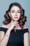 Mulher elegante elegante com jóia Mulher bonita com pendente caro Joia e acessórios Imagem de Stock