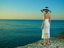 Mulher elegante em um chapéu no mar Imagens de Stock Royalty Free
