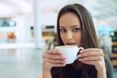 Mulher elegante em uma ruptura de café imagem de stock