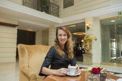 Mulher elegante em uma tabela Fotografia de Stock Royalty Free