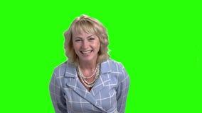 A mulher elegante está rindo na tela verde filme