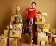 A mulher elegante feliz que mostra o coração deu forma às mãos imagem de stock