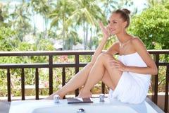 Mulher elegante na toalha Fotos de Stock