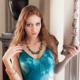 Mulher elegante no ajuste extravagante Fotografia de Stock