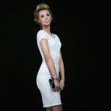 Mulher elegante no vestido branco fotografia de stock