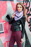 Mulher elegante nova no casaco de cabedal e em óculos de sol pretos Imagem de Stock