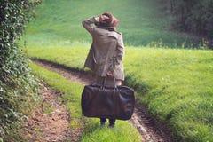 Mulher elegante perdida em uma estrada secundária imagens de stock royalty free