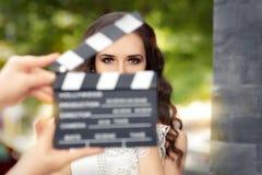 Mulher elegante pronta para um tiro Imagem de Stock Royalty Free