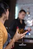 Mulher elegante que bebe um cocktail de martini fotografia de stock royalty free