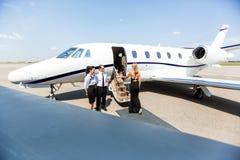 Mulher elegante que embarca Jet At Terminal privada Fotografia de Stock