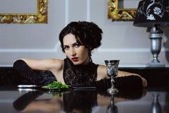 Mulher elegante que janta em um interior luxuoso fotografia de stock royalty free