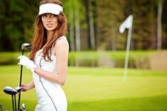 mulher elegante que joga o golfe Imagem de Stock