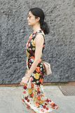 Mulher elegante que levanta durante a semana de moda do ` s de Milan Men Imagem de Stock Royalty Free