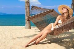 Mulher elegante que reclina em um hammock Fotos de Stock
