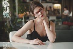 Mulher elegante que senta-se na mesa no escritório Foto de Stock