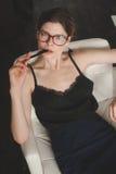 Mulher elegante que senta-se na mesa no escritório Fotos de Stock Royalty Free