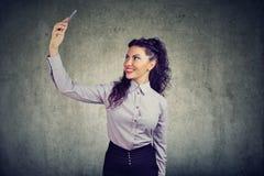 Mulher elegante que toma o selfie com telefone imagens de stock