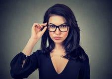 Mulher elegante que veste monóculos na moda fotos de stock royalty free