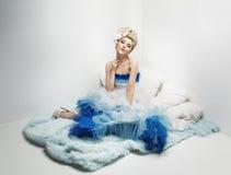 Mulher elegante que veste o vestido colorido Imagens de Stock
