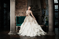 Mulher elegante que veste o vestido dourado Fotografia de Stock Royalty Free