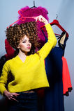 Mulher elegante 'sexy' bonita com sua roupa colorida imagens de stock