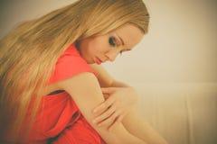 Mulher elegante triste que senta-se no sof? fotos de stock royalty free