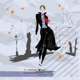 A mulher elegante vai abaixo da rua, outono Fotos de Stock Royalty Free