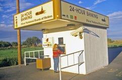 Mulher em 24 máquinas do ATM da hora Imagens de Stock Royalty Free