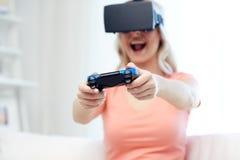 Mulher em auriculares da realidade virtual com controlador imagens de stock