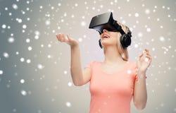 Mulher em auriculares da realidade virtual ou em vidros 3d Fotos de Stock