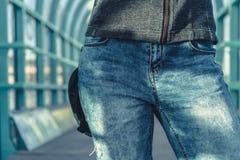 Mulher em calças de brim azuis da sarja de Nimes foto de stock