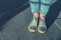 Mulher em calças de brim azuis da sarja de Nimes imagens de stock