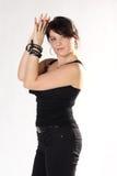 Mulher em calças de brim e na parte superior pretas Fotografia de Stock Royalty Free