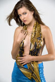 Mulher em calças e no lenço azuis do ouro Fotografia de Stock