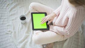 Mulher em casa que relaxa Imagem de Stock