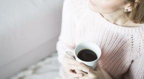 Mulher em casa que relaxa Imagens de Stock Royalty Free