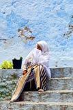 Mulher em Chefchaouen, Marrocos Imagens de Stock Royalty Free