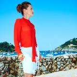 Mulher em Donostia; San Sebastian, Espanha que olha na distância Fotos de Stock Royalty Free