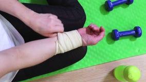 Mulher em ferimento do braço da fixação da esteira da aptidão filme