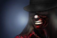 Mulher em har com arte assustador da cara para a noite do Dia das Bruxas que olha o awa Foto de Stock Royalty Free