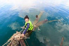 Mulher em Khao Sok National Park, montanha e lago em T do sul Foto de Stock Royalty Free