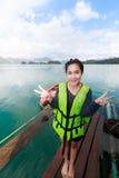 Mulher em Khao Sok National Park, montanha e lago em T do sul Fotografia de Stock