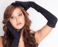 Mulher em luvas pretas longas Fotografia de Stock Royalty Free