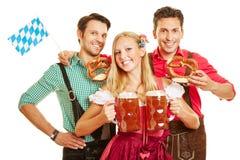 Mulher em Oktoberfest que leva dois Foto de Stock Royalty Free