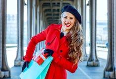 Mulher em Paris que guarda a caixa do saco de compras e do presente de Natal Fotografia de Stock Royalty Free