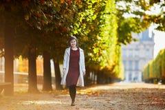 Mulher em Paris em um dia brilhante da queda Foto de Stock Royalty Free