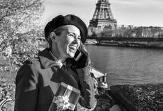 Mulher em Paris usando um telefone celular e guardando a caixa atual Fotografia de Stock Royalty Free