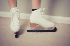 Mulher em patins de gelo em casa Imagem de Stock