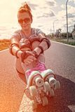 Mulher em patins de rolo do vintage foto de stock royalty free